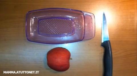 Grattugiare la mela per i bambini