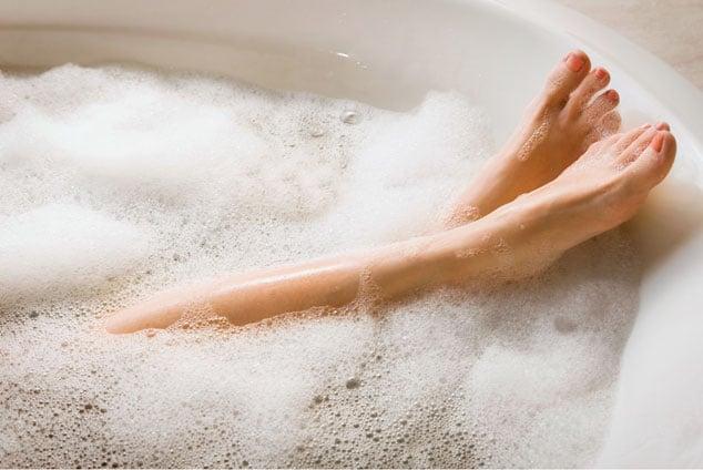 Risultati immagini per gambe in vasca