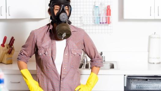 I veleni in casa: giocattoli, vestiti, detersivi, mobili