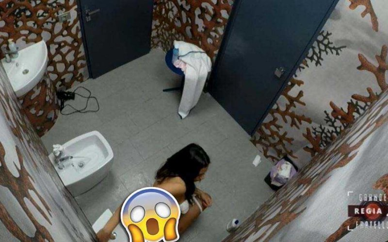 Grande fratello alessia in bagno ripresa imbarazzante - Donne al bagno pubblico ...