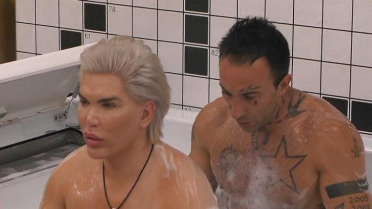 Rodrigo Alves doccia nudo