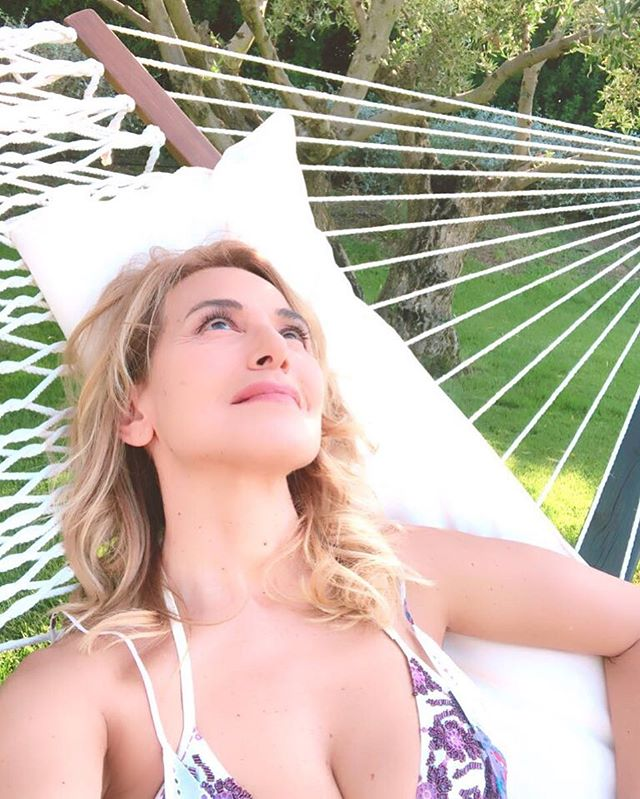Galleria foto - Barbara D'Urso in relax con scollatura generosa Foto 2