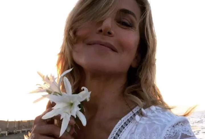Barbara D'Urso mostra il suo fiore in spiaggia