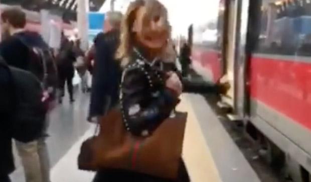 Barbara D'Urso completamente ignorata dai passanti