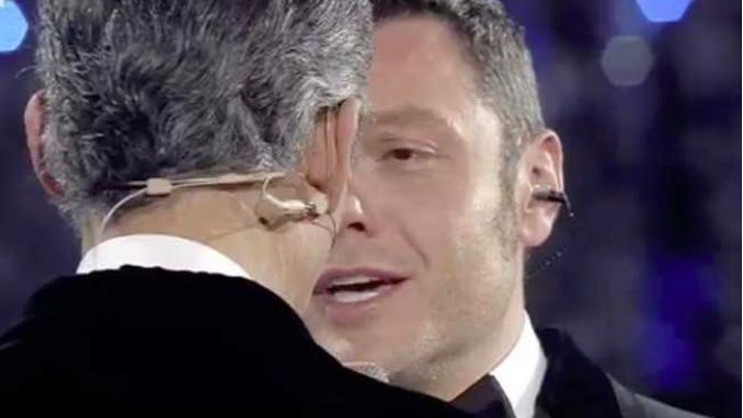 Sanremo: Fiorello bacia in bocca Tiziano Ferro