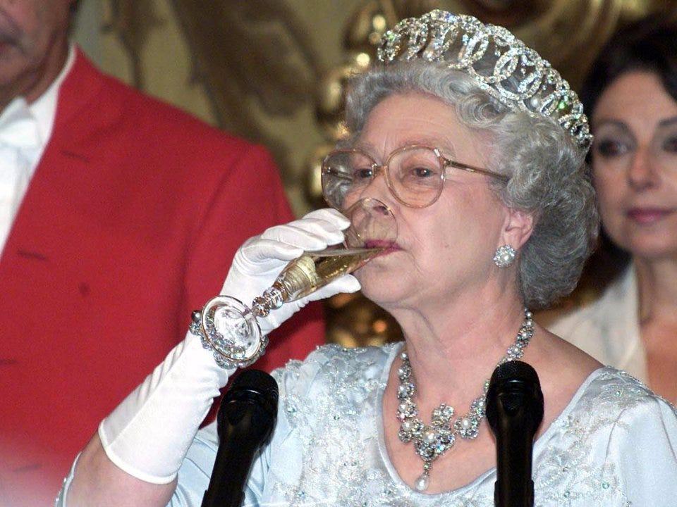 Regina Elisabetta beve