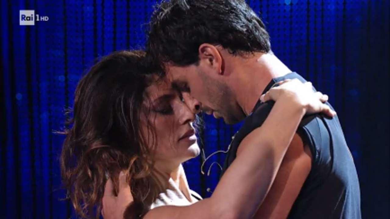 ballando-con-le-stelle-bacio-tra-elisa-isoardi-e-raimondo-todaro-elisa-isoardi-scappa-da-todaro-ricettasprint
