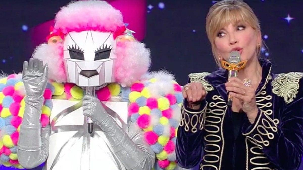foto-milly-carlucci-cantante-mascherato-2021-min