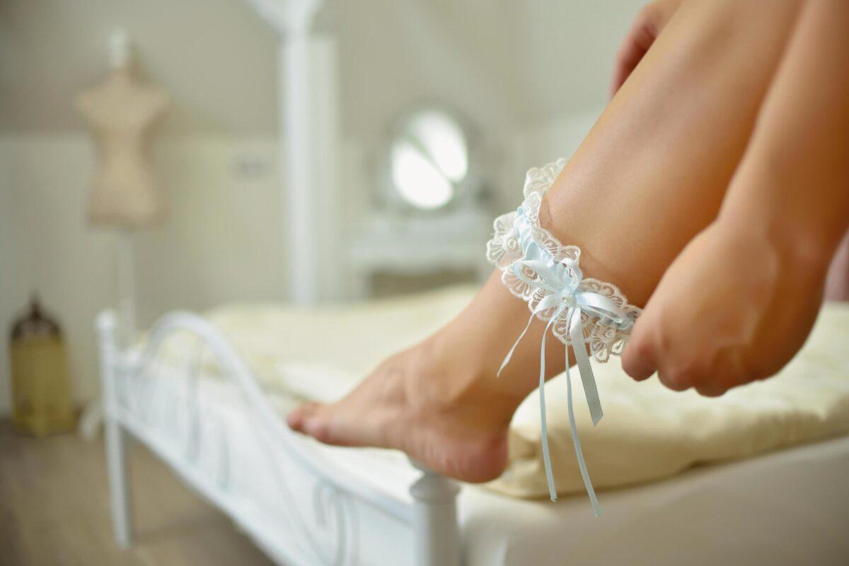 2081535-sposa-indossare-giarrettiera-da-sposa-al-chiuso-gratuito-foto
