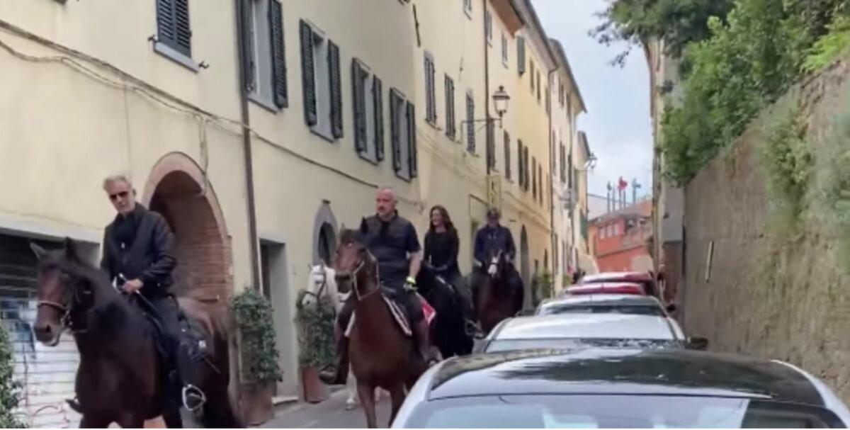 Eros Ramazzotti e Andrea Bocelli arrivano a cavallo al bar